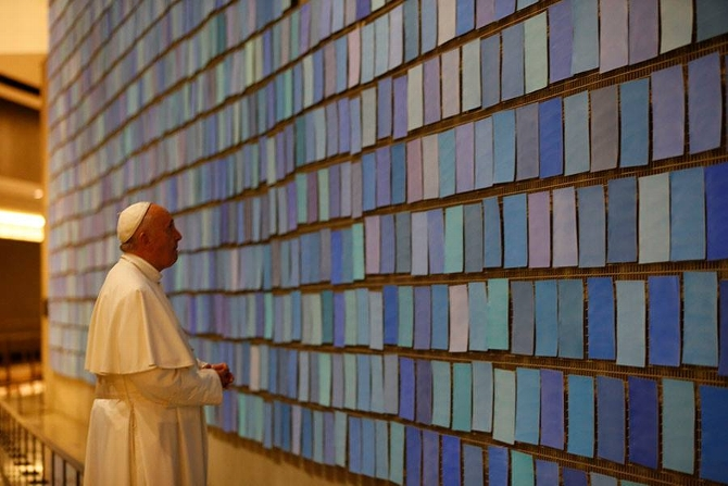 Pope Francis Looks at Artwork by Spencer Finch '85