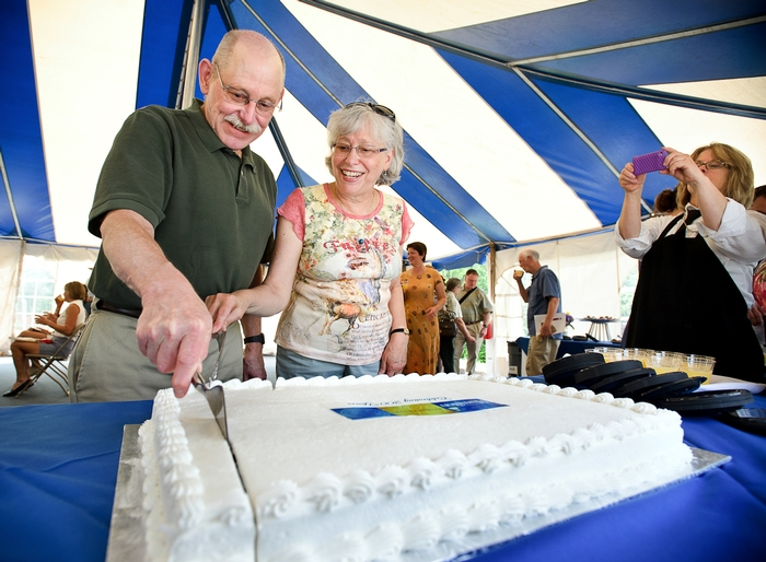 Professor John O'Neill, co-chair of the Hamilton Bicentennial Committee, and his wife Mary, cut the cake.<br />Photo: Nancy L. Ford