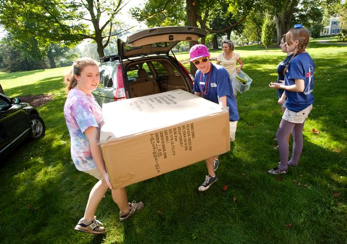 Orientation Leaders help move a new student in. PHOTO: BY LAURA LAUREY