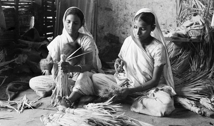 Making brooms, Saraspur, Ahmedabad, 1937 Courtesy of the artist