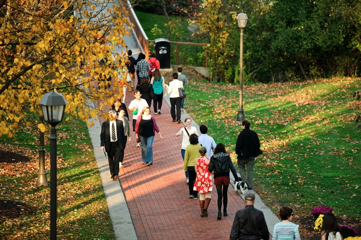 Parents and students stroll campus on a warm fall day during Family Weekend. (PHOTO BY NANCY L. FORD)