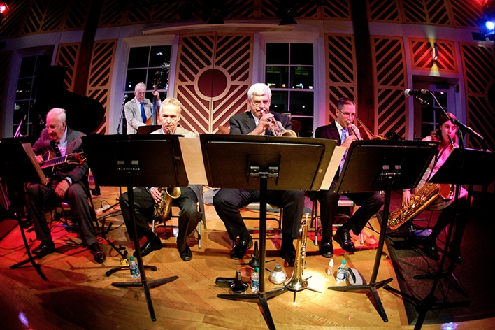 World class jazz by pianist Dick Hyman H&apos;02, guitarist Bucky Pizzarelli H&apos;03, drummer Winard Harper, bassist Jay Leonhart and trumpeter Randy Sandke, saxophonists Monk Rowe P&apos;06, Deanna Nappi &apos;15 and trombonist Greg McCrea.<br />Photo: Nancy L. Ford