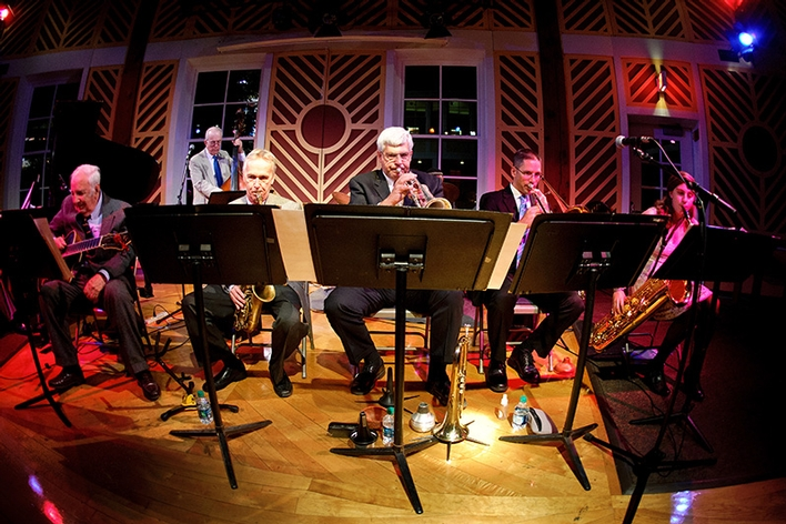 World class jazz by Pianist Dick Hyman H&apos;02, guitarist Bucky Pizzarelli H&apos;03, drummer Winard Harper, bassist Jay Leonhart and trumpeter Randy Sandke, with Saxophonists Monk Rowe P&apos;06 and Deanna Nappi &apos;15,.<br />Photo: Nancy L. Ford