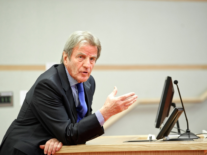 1999 Nobel Laureate Bernard Kouchner discusses the globalization in medicine with economics students