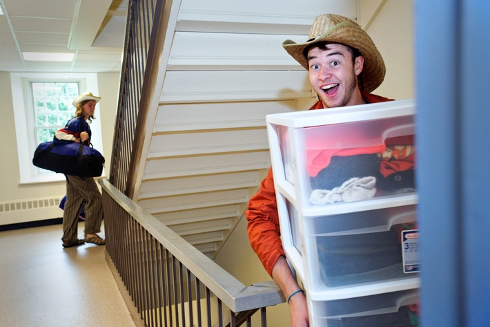 Upperclassmen help first-year students move in to the North Residence Hall.<br />Photo: Rebecca L. Sheets