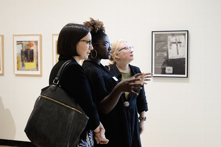 Wellin Museum student docent Anjanae Williams &apos;18 speaking visitors about the current exhibition &lt;em&gt;Renee Stout: Tales of the Conjure Woman&lt;/em&gt;<br />Photo: Heather Ainsworth