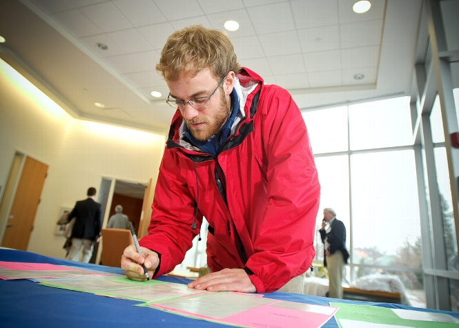 Daniel Baer &apos;15 signs a thank you note in Kirner-Johnson<br />Photo: Nancy L. Ford