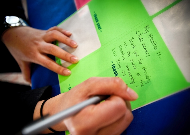 Lisa Yang &apos;17, signs a thank you note in Kirner-Johnson during Volunteer Weekend<br />Photo: Nancy L. Ford