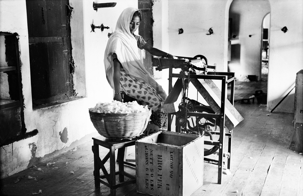 Cleaning seeds from cotton, Raipur, Ahmedabad, 1937 - Courtesy of the artist